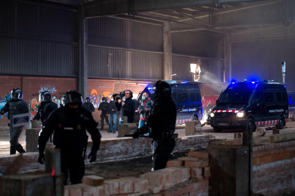 Llinars del Vallès: Mitglieder der Regionalpolizei von Katalonien sind im Einsatz bei der Räumung der illegalen Rave-Party.