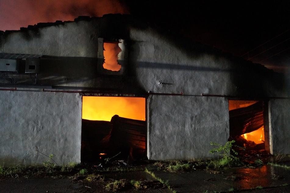 An der Lagerhalle entstand nach Einschätzung der Polizei ein Schaden von mindestens 100.000 Euro.