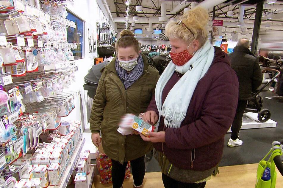 Sarafina (26, l.) und Silvia Wollny (56) machen Schwangerschaftseinkäufe.