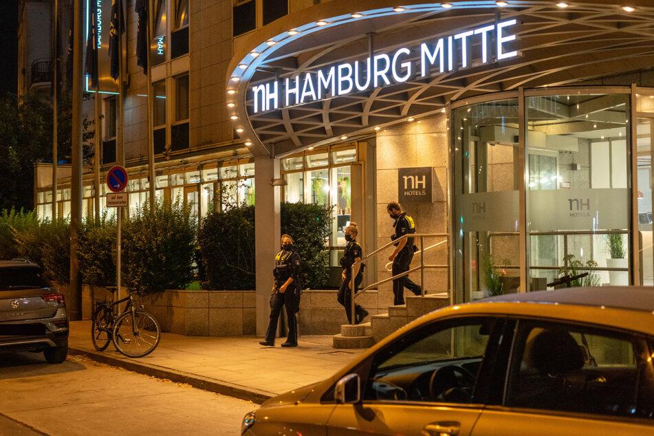 Die Polizei verlässt unverrichteter Dinge das NH-Hotel in Hamburg.