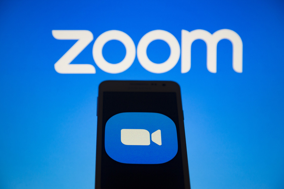 Das Logo vom Videokonferenz-Dienst Zoom ist auf einem Smartphone-Bildschirm zu sehen.