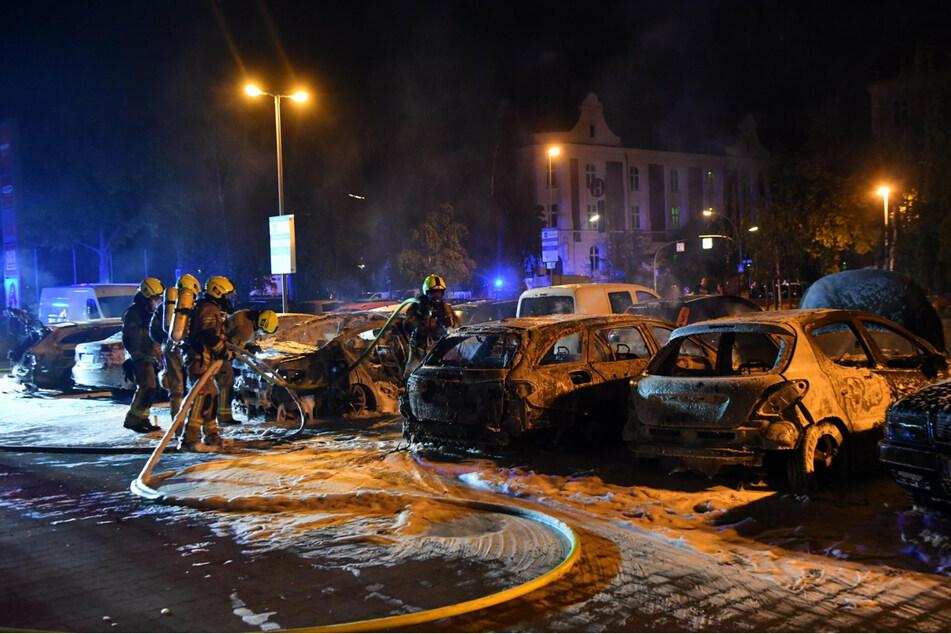 Auf einem Parkplatz eines Supermarktes in der Pankower Allee in Reinickendorf brannten Autos.