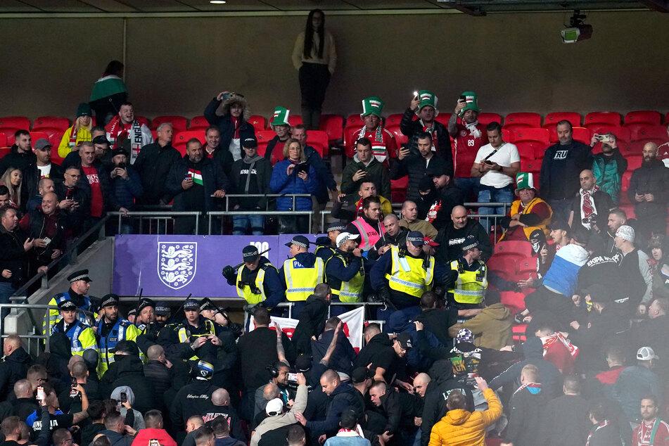 Die Polizei wollte einen Zuschauer wegen eines rassistischen Vorfalls verhaften, das wollten einige mitgereiste Fans allerdings nicht zulassen.
