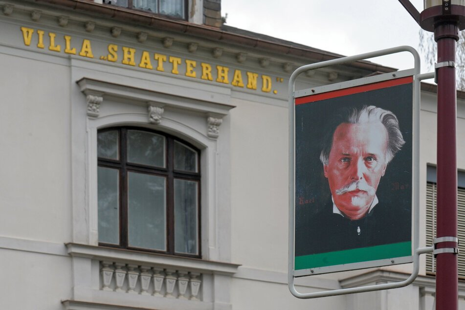 Ein Porträt des Schriftstellers Karl May hängt im sächsischen Radebeul an einer Laterne vor seinem einstigen Wohnhaus und jetzigem Museum.
