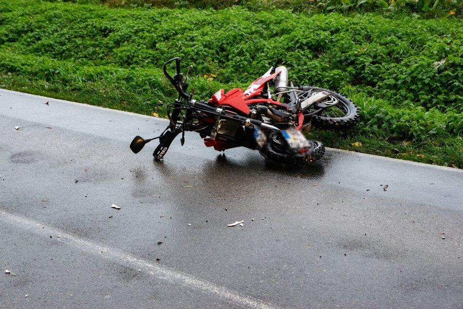 Das Moped des 16-Jährigen liegt nach dem Unfall am Straßenrand, auf dem Boden liegen Trümmerteile.