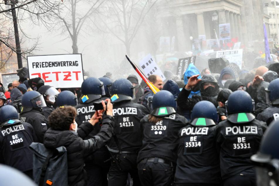 Die Polizei setzt bei einer Demonstration gegen die Corona-Einschränkungen der Bundesregierung vor dem Brandenburger Tor Wasserwerfer ein.