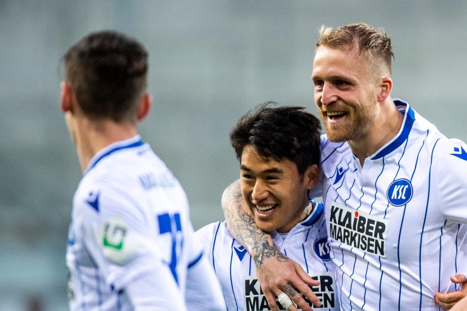 Beim Karlsruher SC wurden jetzt sogar zwei Spieler positiv auf das Coronavirus in der Isolation getestet, sodass sich die Quarantäne verlängert.