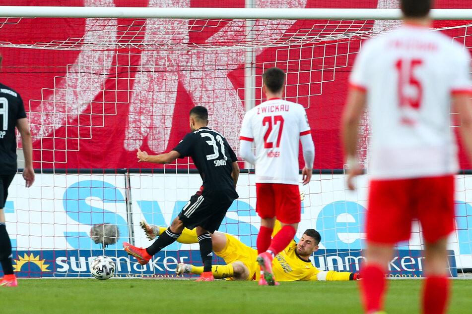 Tor für Bayern II: Sarpreet Singh (2.v.l.) trifft zum 0:1 gegen FSV-Torhüter Johannes Brinkies (2.v.r.).