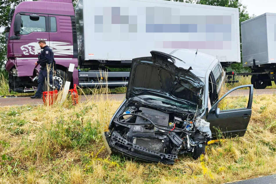 Tödlicher Frontal-Crash: Auto kracht gegen Fahrschul-Lkw
