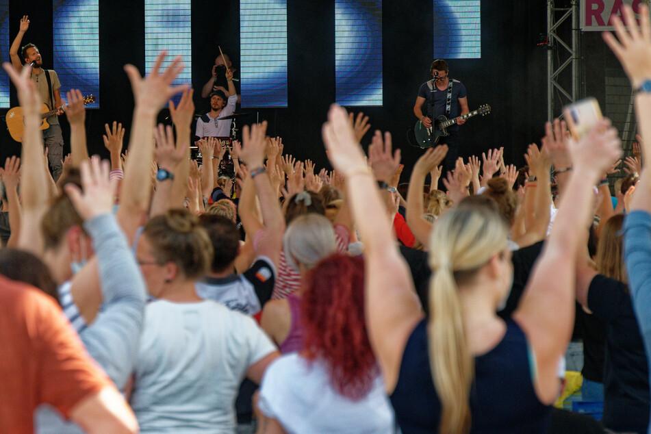 """Die Band """"Miljö"""" steht beim Konzert """"Sommer im Garten"""" am Kölner Tanzbrunnen auf der Bühne."""