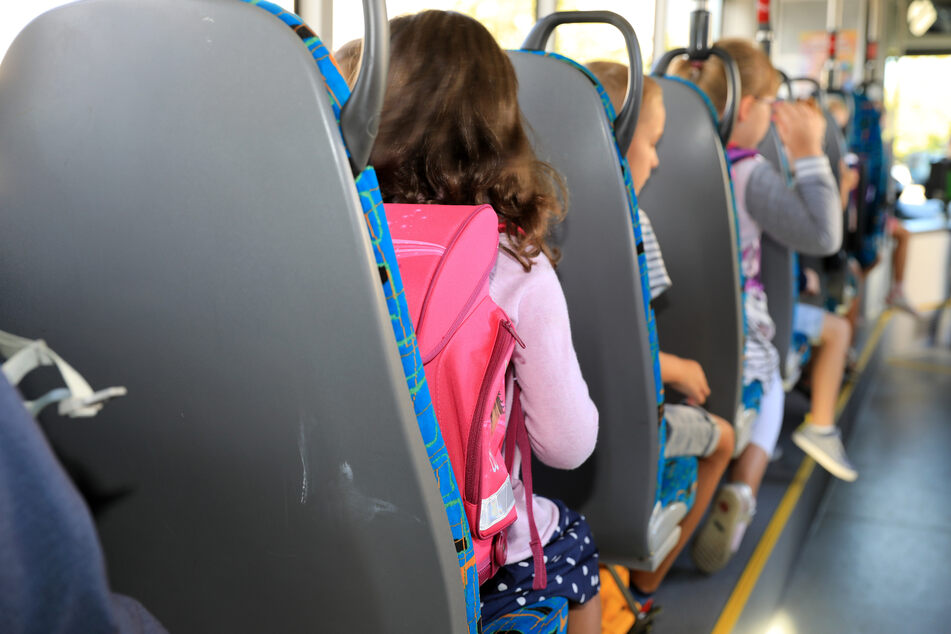 Wegen den Corona-Schutzauflagen unterstützt die Landesregierung Schulträger und Landschaftsverbände weiter bei der Organisation zusätzlicher Schulbusse.