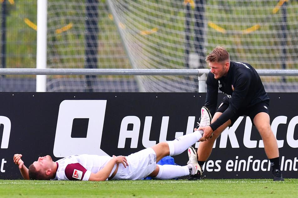 Dynamo-Sorgen um Kevin Ehlers (20, l.)! Der SGD-Innenverteidiger musste in der ersten Halbzeit verletzt ausgewechselt werden.