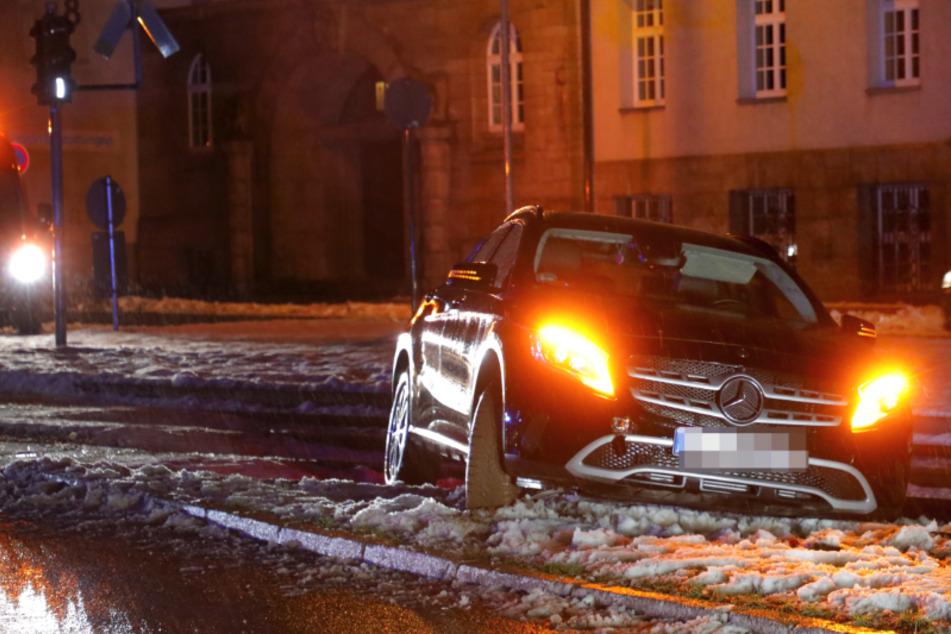 Chemnitz: Mercedes rutscht auf CVAG-Gleise