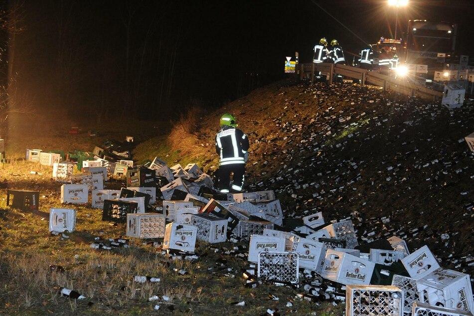 Ein Lkw hat auf der B101 bei Großbeeren seine komplette Ladung Bier verloren.