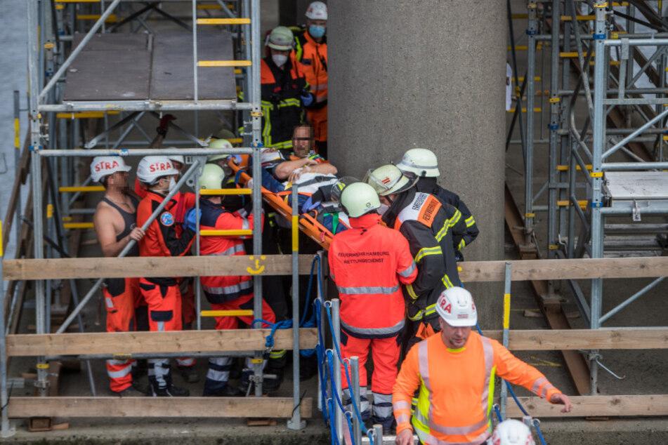 Einsatzkräfte bergen die verletzten Bauarbeiter.