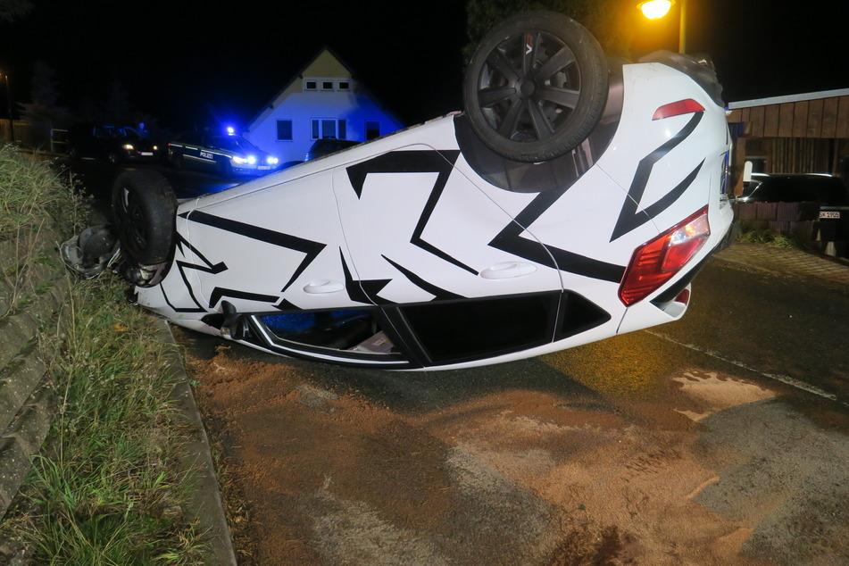 Unfall im Erzgebirge: Ford landet auf dem Dach, Fahrerin unverletzt!
