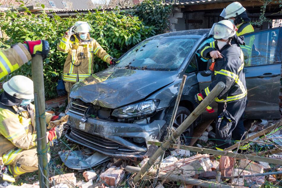 Auto durchbricht Garagenwand und steht plötzlich in Nachbars Garten