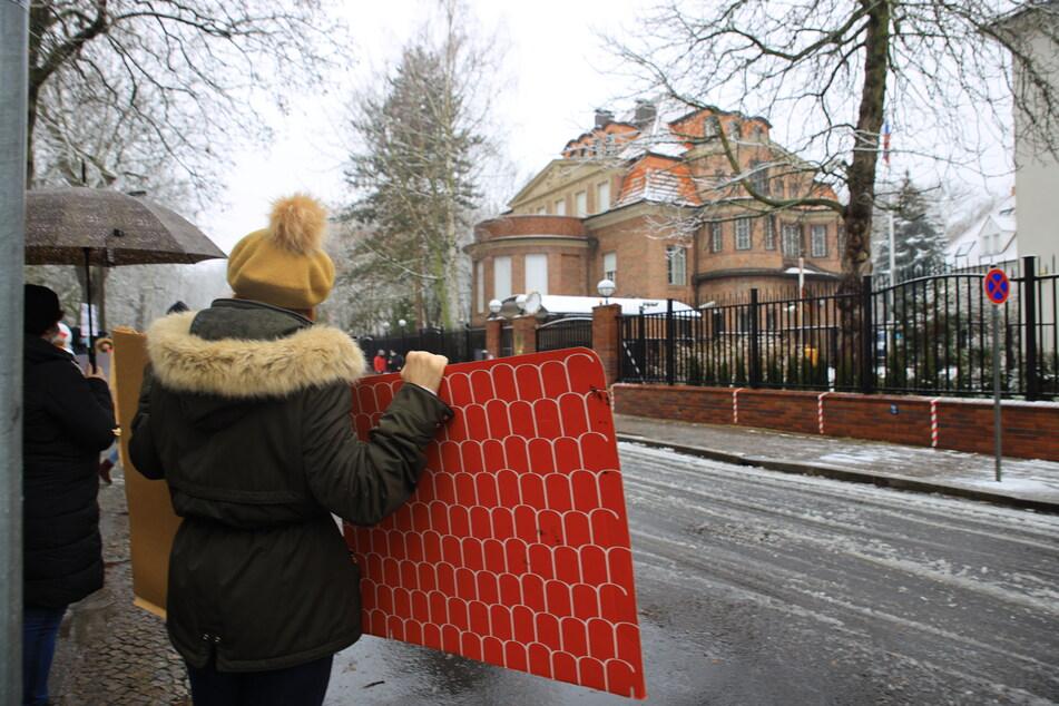 Mit Bannern positionierten sich die Demonstranten vor dem russischen Konsulat.