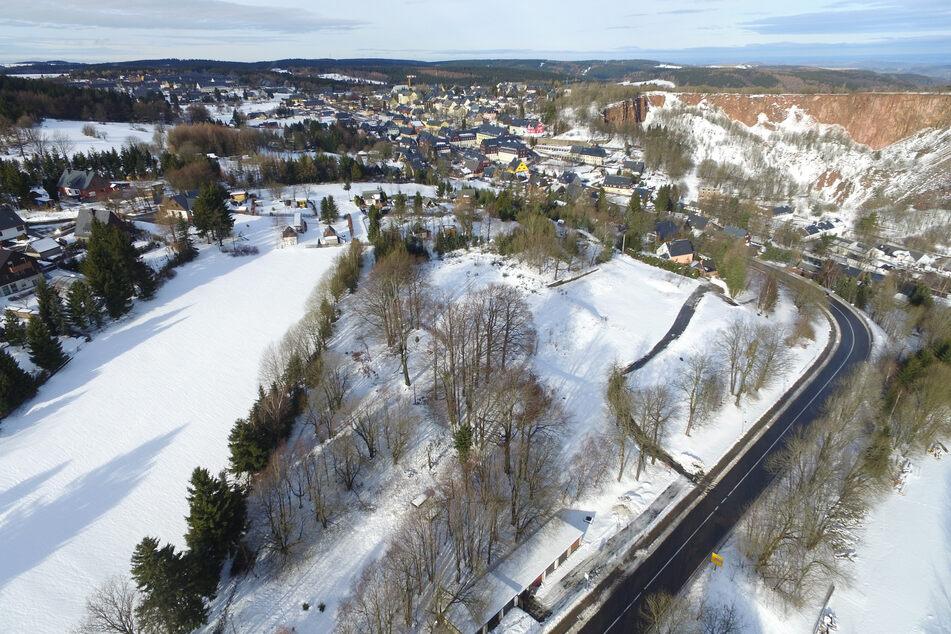 Ein Luftbild vom geplanten Standort des neuen Wellness-Hotels in Altenberg. Früher stand auf dem Gelände an der Zinnwalder Straße das ehemalige Gymnasium der Kinder- und Jugendsportschule.