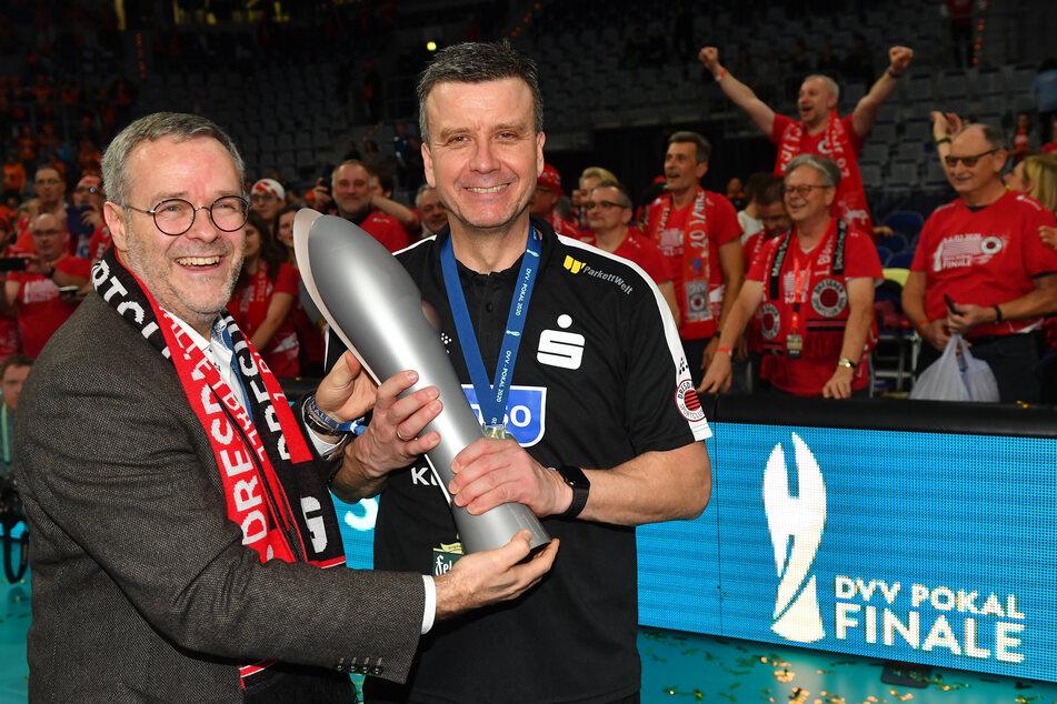 Vorstandsboss Jörg Dittrich (links) und Trainer Alexander Waibl bejubelten vor wenigen Wochen den Pokalsieg. Nun müssen beide mit dem schnellen Saisonaus leben.