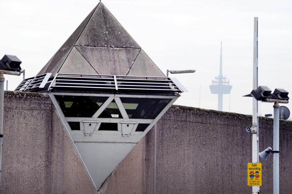 Wachtürme und Sicherheitskameras sind auf der Mauer der Justizvollzugsanstalt Ossendorf zu sehen.