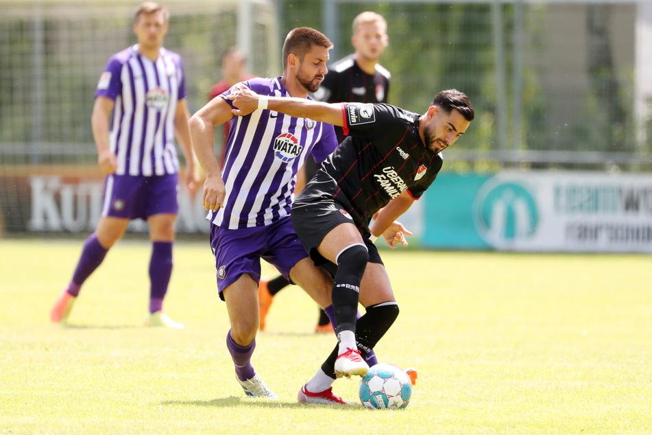 Dimitrij Nazarov geht mit vollem Einsatz gegen Münchens Ünal Tosun zu Werke.
