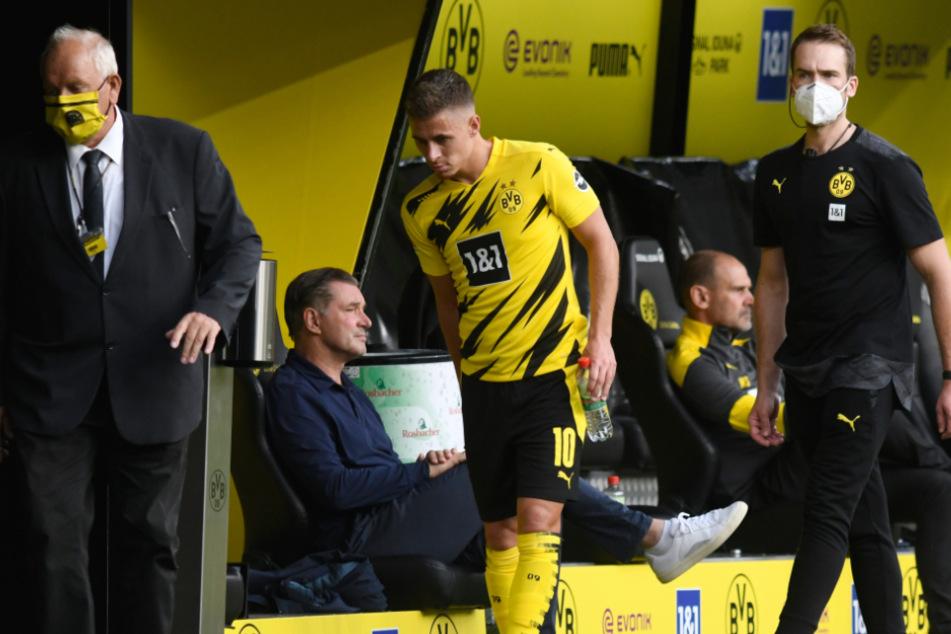 Im Muskel zwickt's. Der Dortmunder Thorgan Hazard hat sich verletzt und muss ausgewechselt werden.