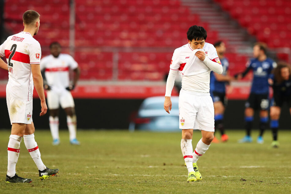 VfB-Kapitän Wataru Endo (r.) geht nach dem Abpfiff geknickt über den Platz.
