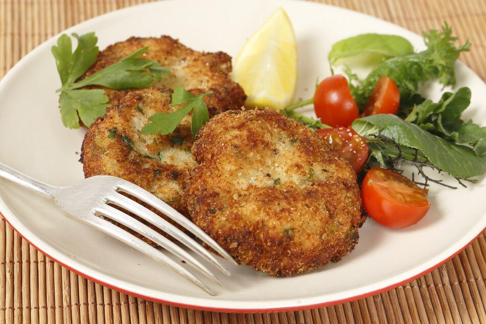 Im Sommer sind Fischfrikadellen aus gegrilltem Fisch eine passende und leichte Mahlzeit (Symbolbild).