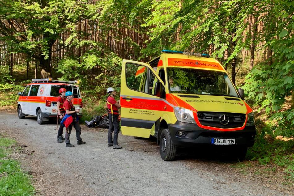 Die Rettungskräfte bereiten sich auf den nächsten Einsatz vor.