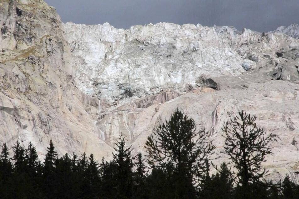 Großes Gletscherstück am italienischen Mont Blanc droht abzubrechen