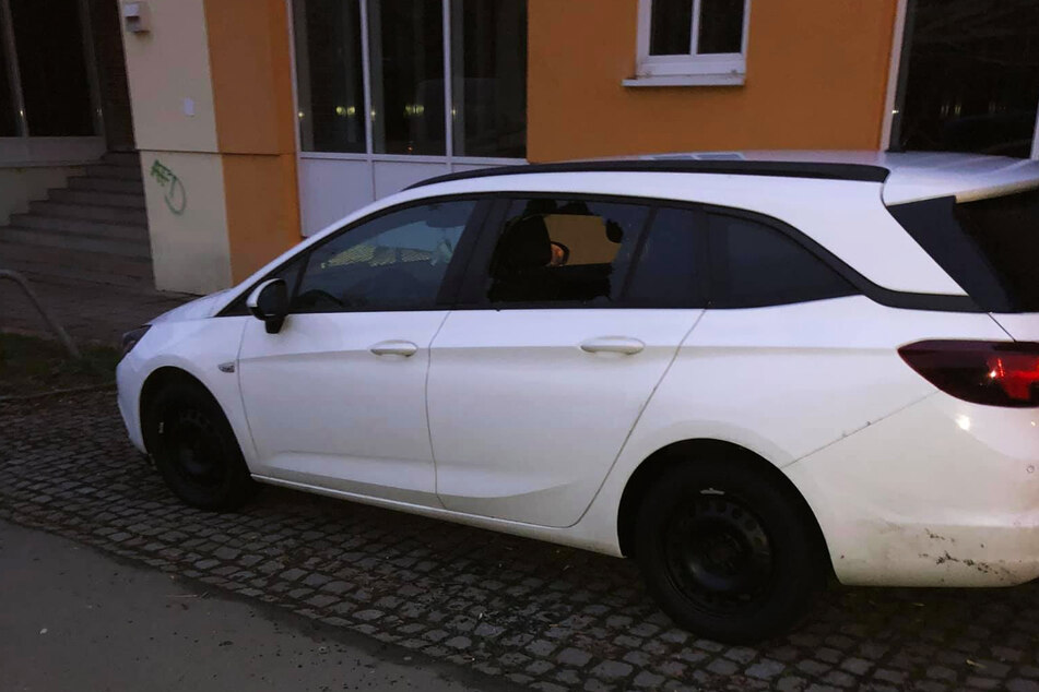 Die Diebe schlugen die Scheibe der linken Hintertür ein und klauten den Rucksack von Ronny Beblik (34) aus dessen Opel.