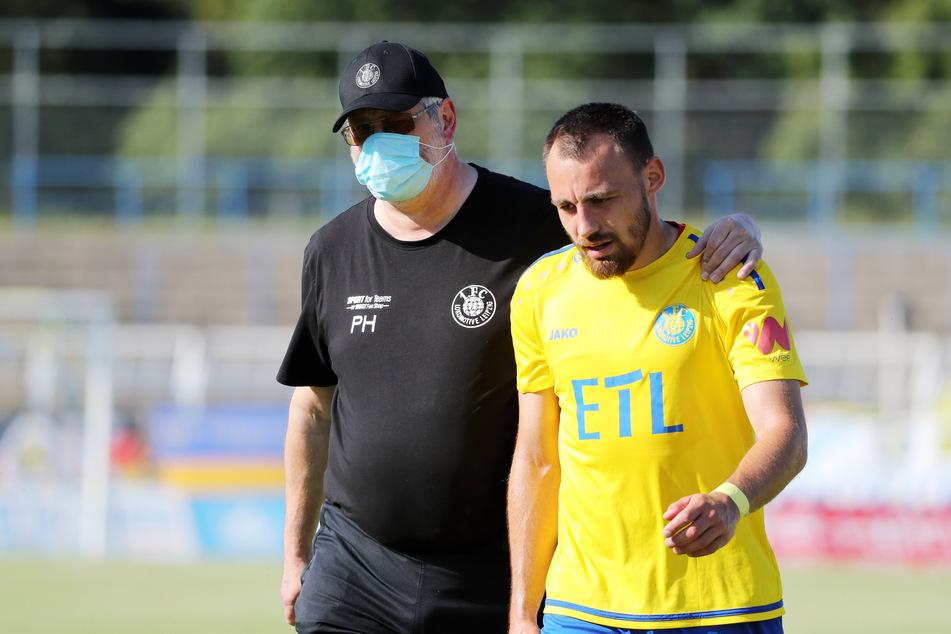 Berger (r.) mit Physiotherapeut Uwe Zimmermann beim 2:2 gegen Verl. Der Außenverteidiger bleibt Leipzig erhalten.