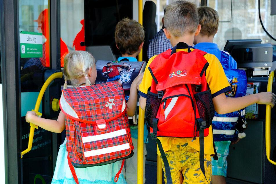 Unfall mit Schulbus: Zwei Verletzte bei Zusammenstoß