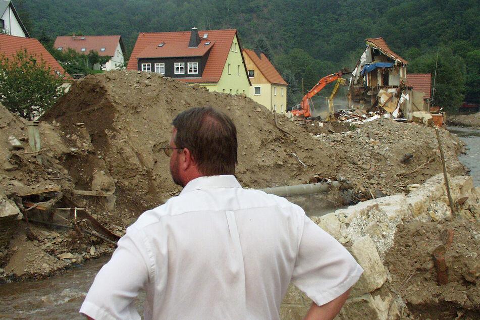 Glöckner inmitten der Trümmer, knapp zwei Wochen nach der Flut.