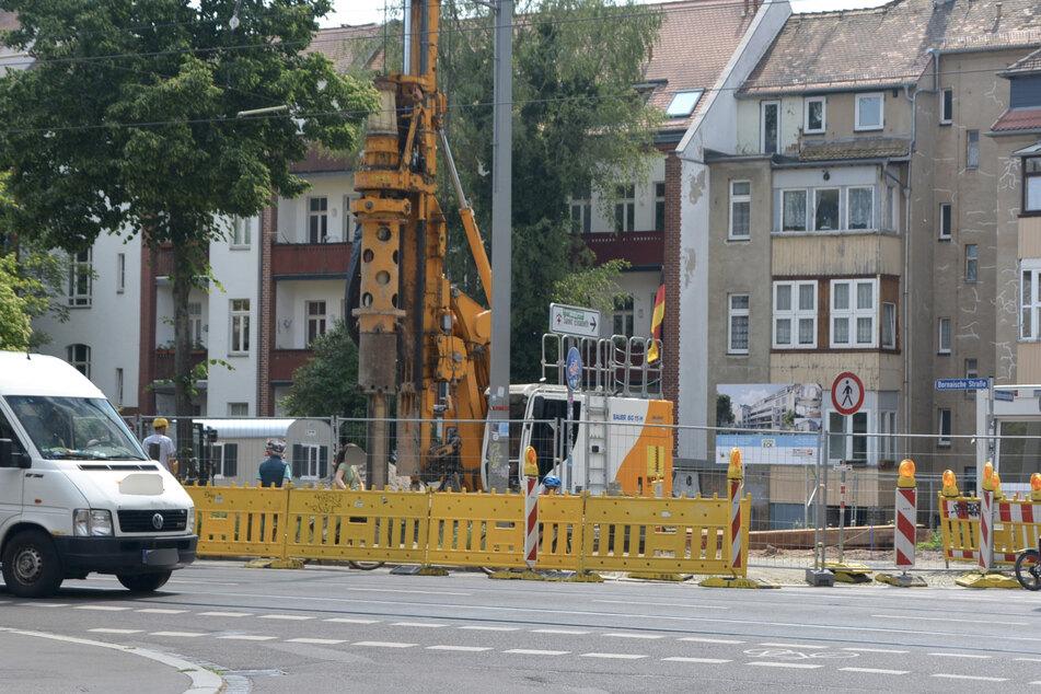 Rund einen Monat nach der Besetzung des Baggers wird auf dem Grundstück in Leipzig-Connewitz schon wieder fleißig gebaut.