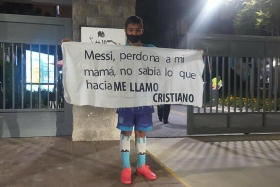 Klare Botschaft inklusive Entschuldigung. Ein Elfjähriger in Argentinien-Montur wollte sich bei Superstar Lionel Messi für seinen Vornamen entschuldigen.