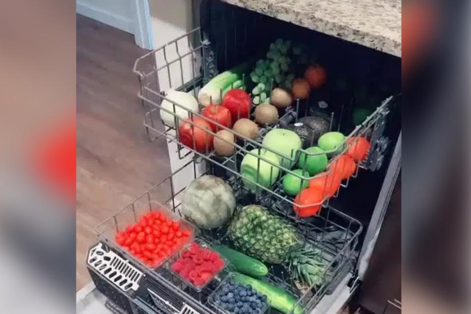 """Auf TikTok zeigt Userin """"Smilelop"""", auf welch unkonventionelle Art sie Obst und Gemüse wäscht."""