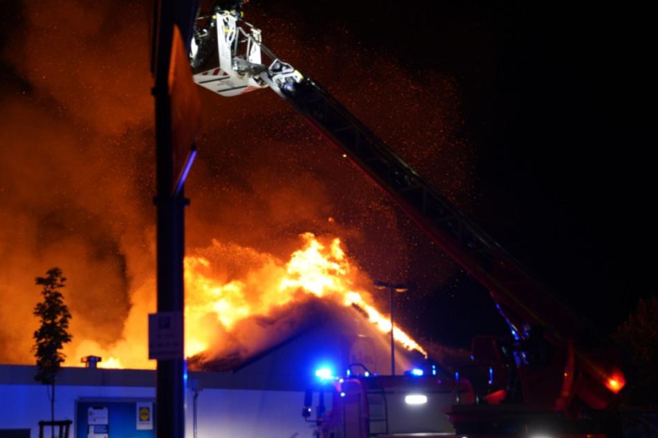 Die Feuerwehr kämpft gegen die Flammen an.