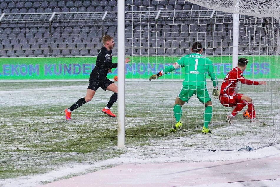 Irgendwie trudelt der Ball zum 3:2-Siegtor der Bayern über die Linie des Zwickauer Kastens.