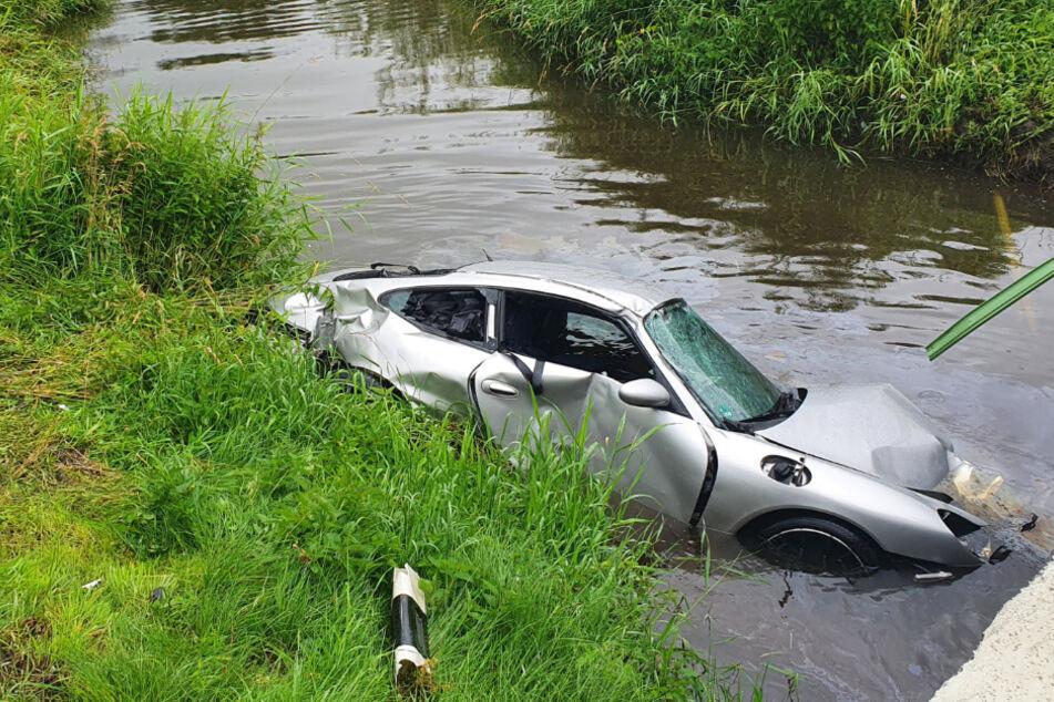 Kontrolle verloren! Pärchen rauscht mit Porsche in Fluss