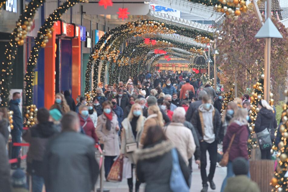 Weihnachtlicher Einkaufstrubel am gestrigen Samstag im Chemnitz Center. Sonntags muss es zu bleiben.