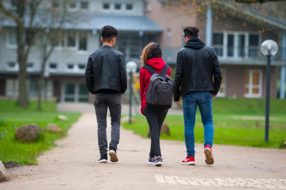 Drei jugendliche syrische Flüchtlinge gehen in Dahlem bei Dahlenburg (Niedersachsen) zum Unterricht. Hier kommen sie viel mehr mit Muttersprachlern in Kontakt als ihre Eltern.