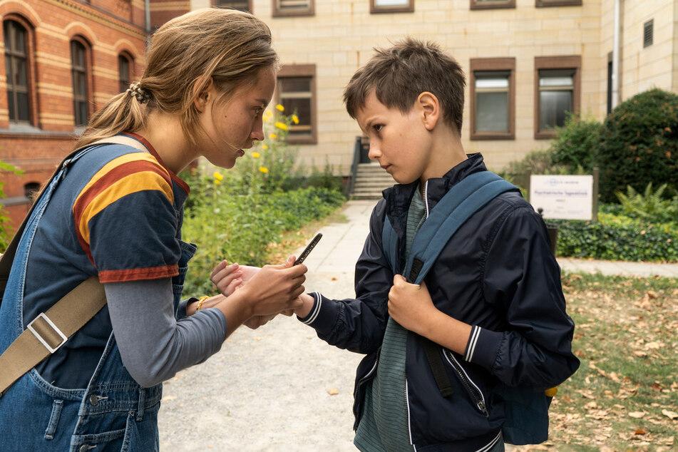 Jule (Ella Morgen, 22) traut Bendix (Mika Tritto) zu Beginn noch nicht wirklich.