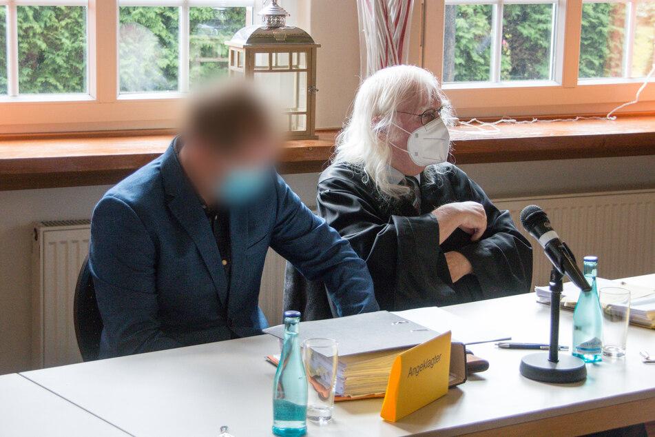Der Angeklagte (l.) sitzt fünf Jahre nach dem Bootsunfall neben seinem Rechtsanwalt Reinhard Nollmann im Gerichtssaal.