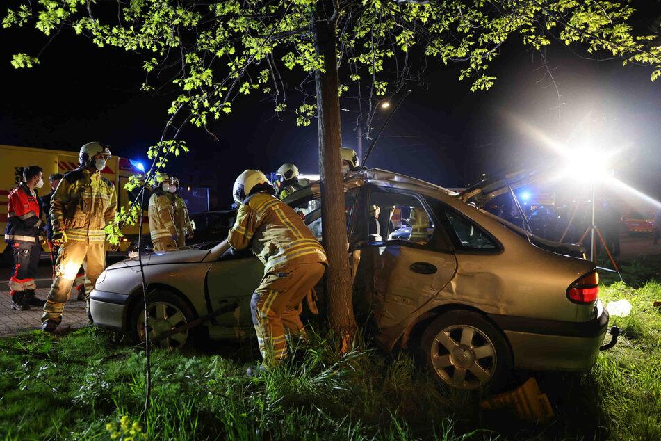 Nach kurzer Flucht vor der Polizei prallte der Fahrer (21) eines Renault mit dem Fahrzeug gegen einen Baum.
