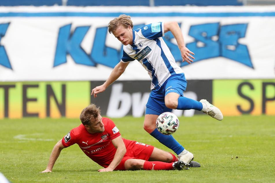FSV-Routinier Mike Könnecke (32, l.) grätscht gegen den Magdeburger Thore Jacobsen.