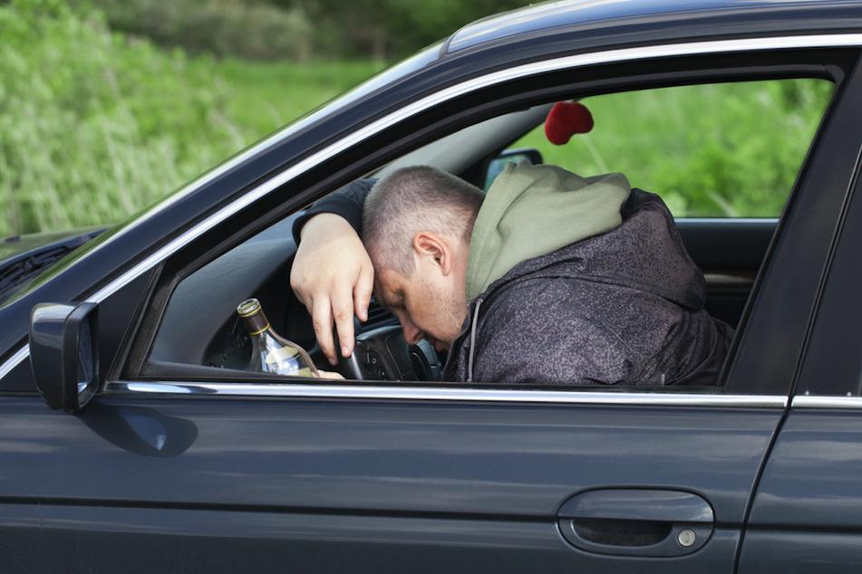 Autofahrer sucht sich denkbar schlechtesten Ort, um seinen Rausch auszuschlafen