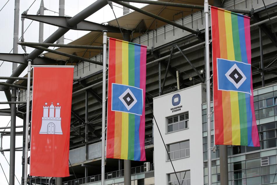 Regenbogenfahnen wehen vor dem Volksparkstadion des Hamburger SV. Die Hanseaten und der FC St. Pauli haben ein Zeichen für die LGBTQ-Community gesetzt.