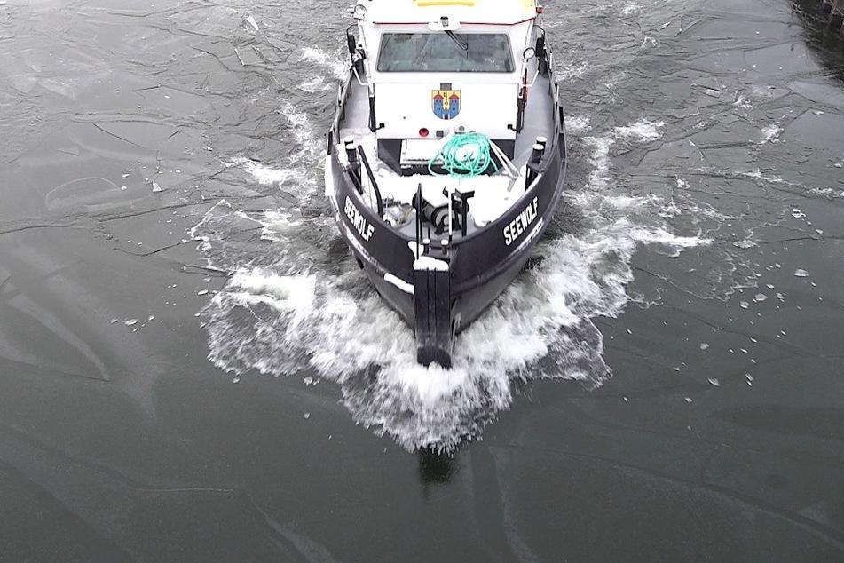 Zugefrorenes Wasser: Eisbrecher auf Mittellandkanal unterwegs